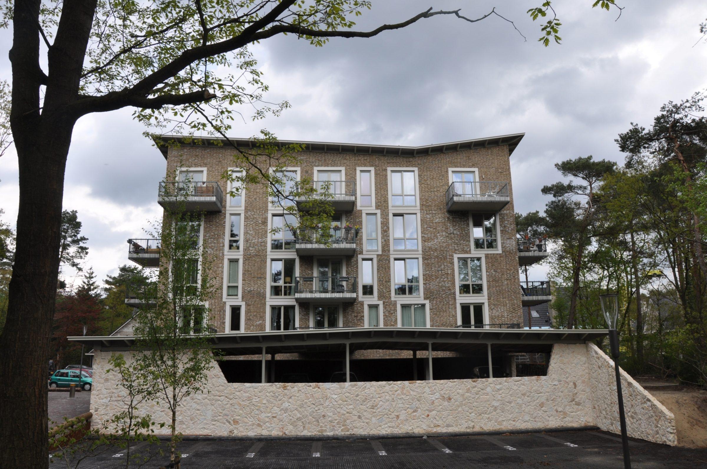 Rocks Melan bij appartementengebouw Kerkebosch, Natuurstenen plint.