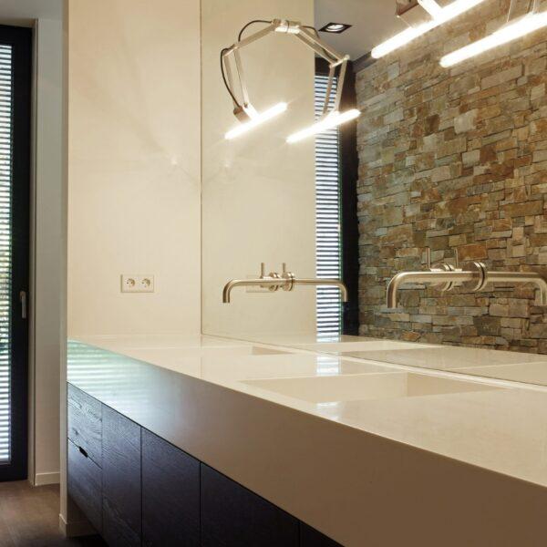 Badkamer met Steenpanelen.