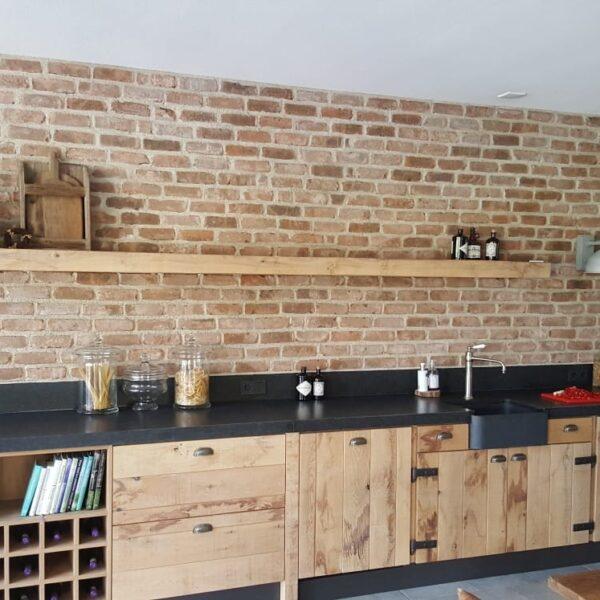 Bakstenen muur in de keuken.