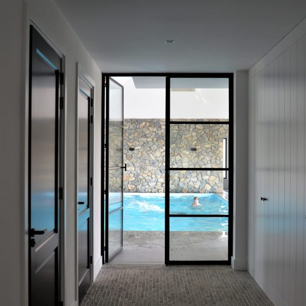 Brokken natuurstenen wand - zwembad. Ontwerp Jestyle Interieur.
