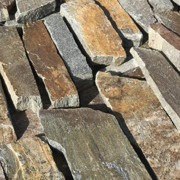 Brokken stenen - natuurstenen wanden.