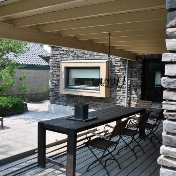 Buitengevel en veranda met Geopietra steenstrips.