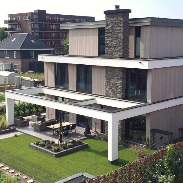 Steenstrips en hout - afwerking wanden moderne villa.