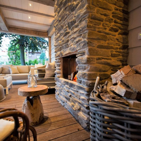 Buiten lounge met Geopietra haard. Type steenstrip Blumone.