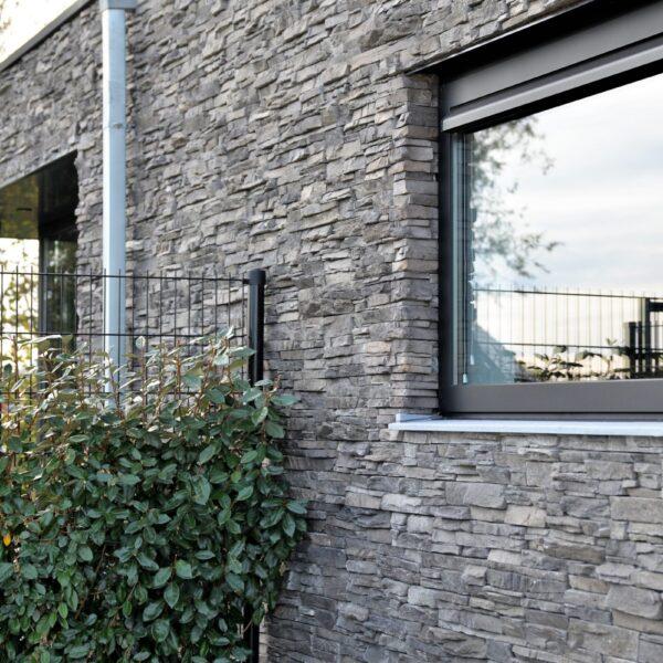 steenstrips op de buiten muur