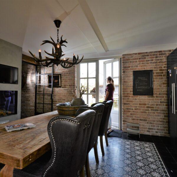 De woonkeuken met baksteenstrips.