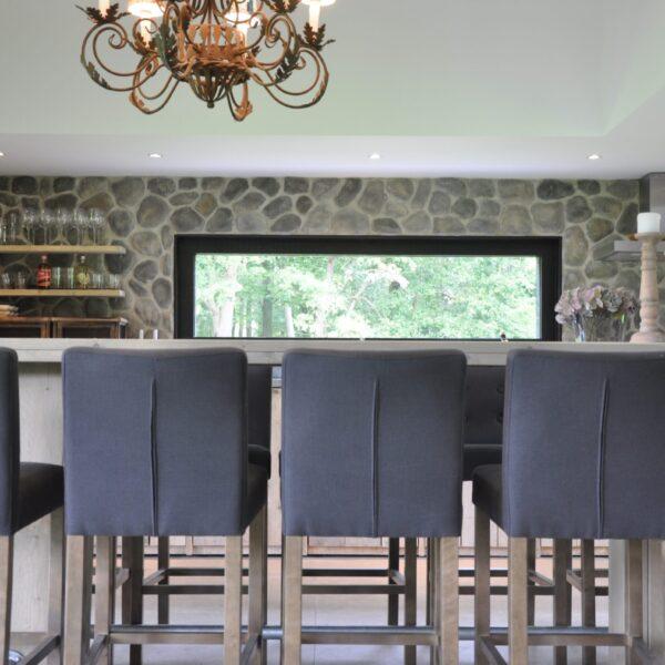 Ingerichte keuken met een wand van ronde steenstrips