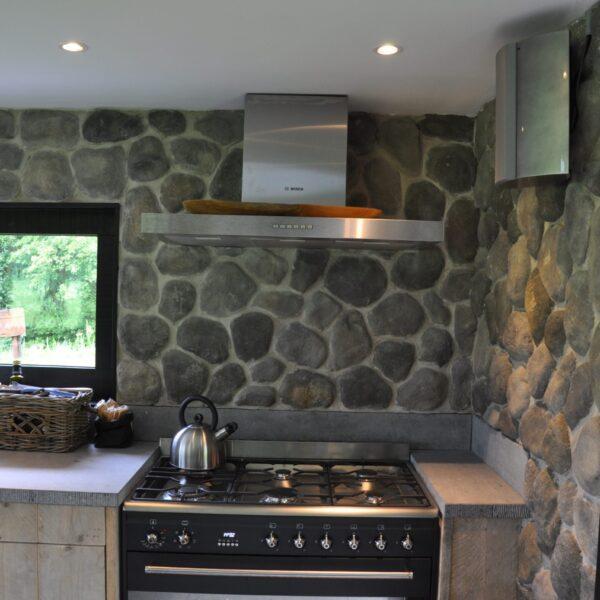 Keukenwand bekleed met steenstrips grijskleurig