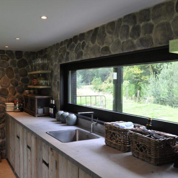 Ingerichte keuken met een wand bekleed met Geopietra Steenstrips.