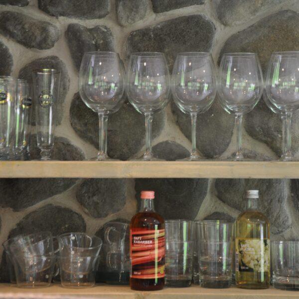 Keukenwand Steenstrips met bevestigde plankjes