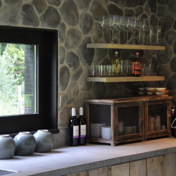 Keukenwand bekleed met Steenstrips ronde stenen