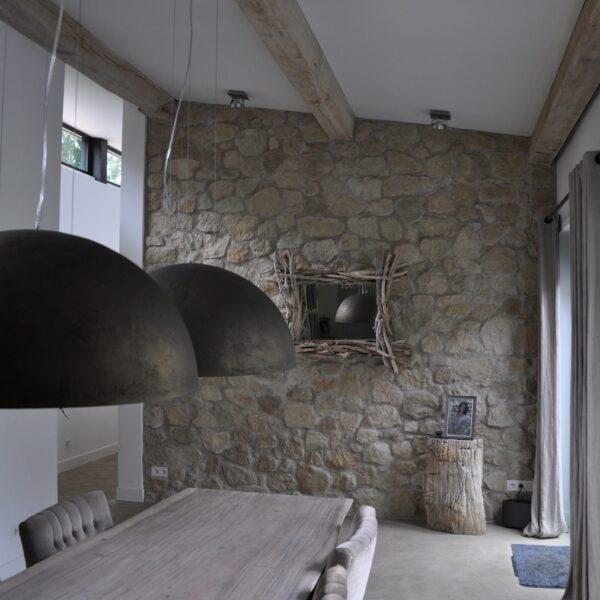 Eetkamerwand voorzien van Geopietra Steenstrips. Type Botticino.