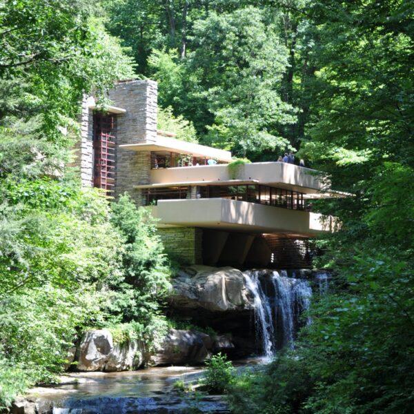 Fallingwater House is opgebouwd uit Natuurstenen. De vloeren zijn gemaakt van Flagstones.