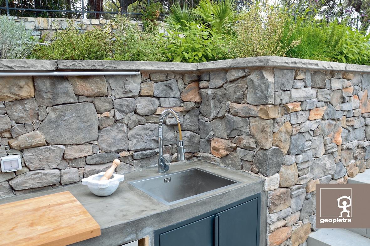 Muurafdekker met stenen muur