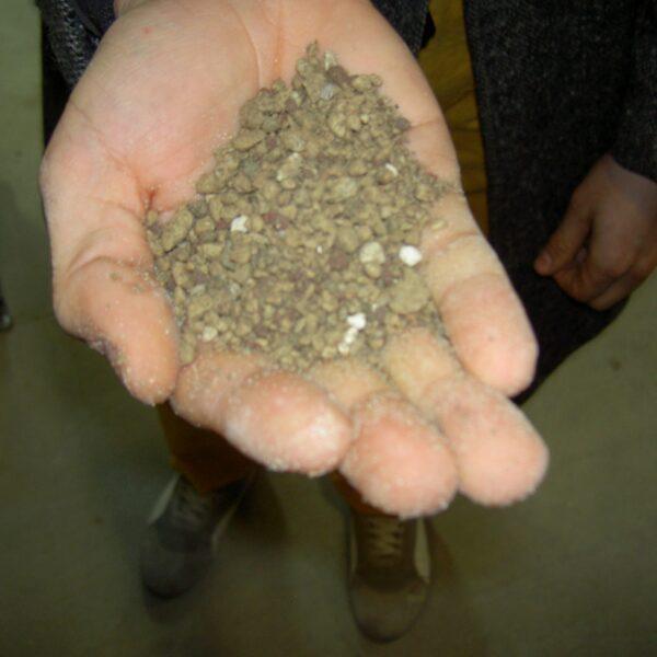 Geopietra voegcement bestaat uit 2 componenten. Aan het voegmateriaal kunt u een korrel toevoegen.