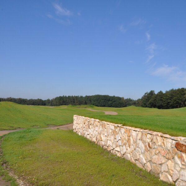 Golfbaan met stijlvolle natuurstenen.