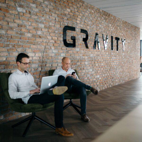 Foto Rianne Fotografie. Reemst Dienstverlening heeft de baksteenstrips geplaatst bij Gravity Online te Amersfoort.