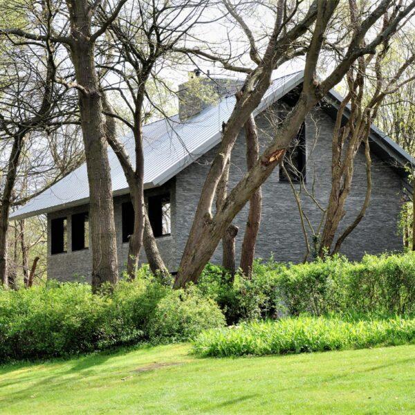Grijze natuursteenstrips wandbekleding huis.