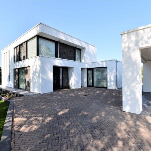 Strakke moderne woning verrijkt met Steenstrips