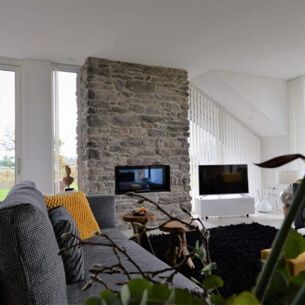 Steenstrips casata van Geopietra - toepassing duurzame woning bij de open haard