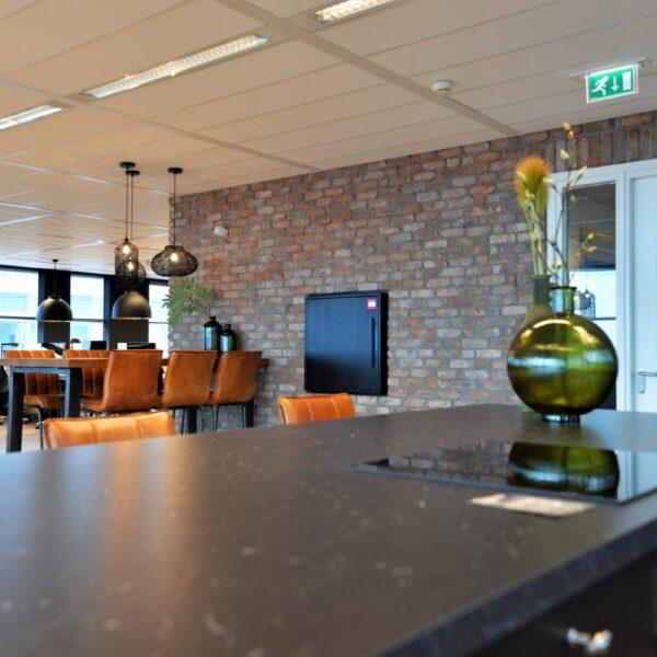 Industriële muur in het kantoor