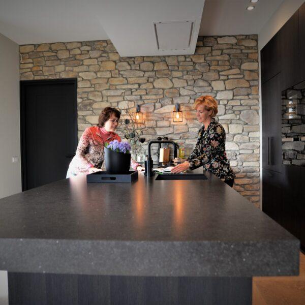 Natuurstenen wand in moderne keuken