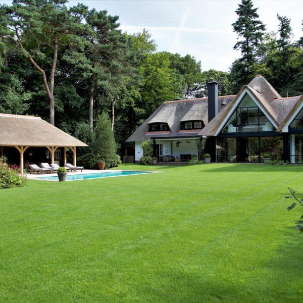 Het landhuis met veel Natuurstenen wanden.