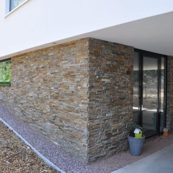 Duurzame woning met stuc en Natuursteenstrips Brons Rustiek Kwartsiet.