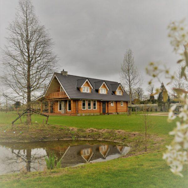 Grote woning met de combinatie van hout en Natuursteen