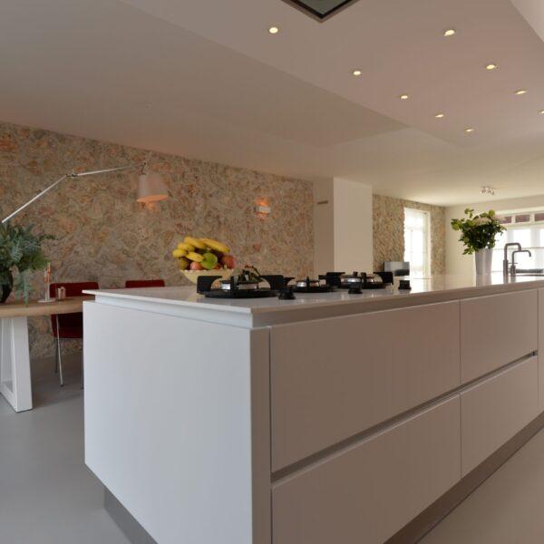 Rocks Grey - ibiza muur keuken en woonkamer.