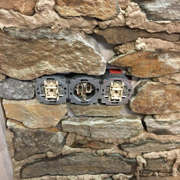 De Steenstrips en stopcontact worden afgevoegd