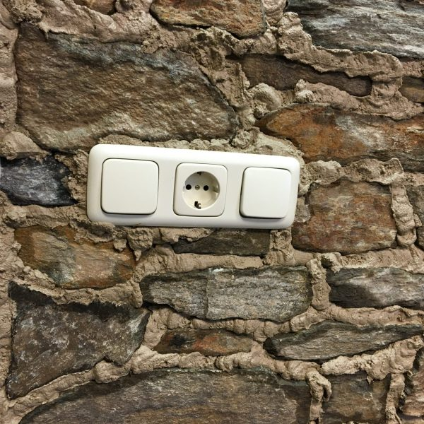 De wand met Steenstrips en stopcontact kan bijna worden afgewerkt