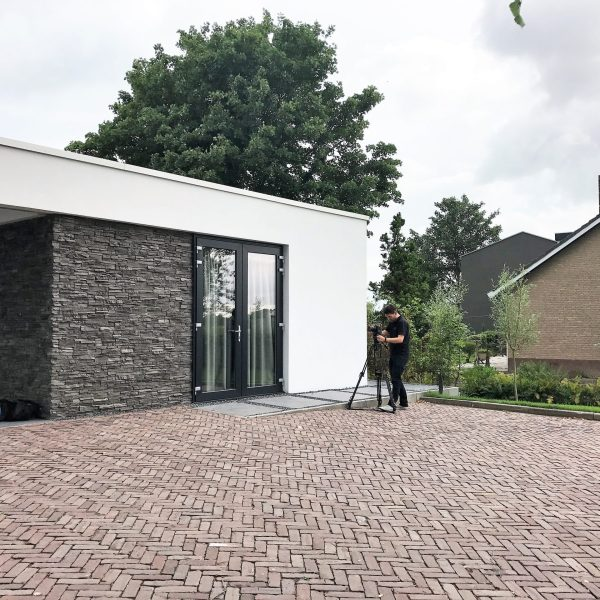Modern aangeklede garage met Steenstrips