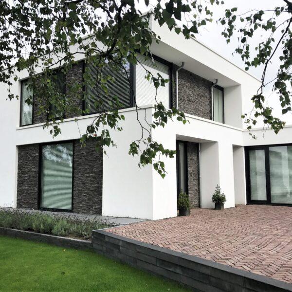 Vlakken van de muur afgewerkt met Steenstrips bij een moderne villa