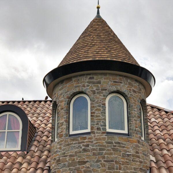 Steenstrips rondom de toren van de villa