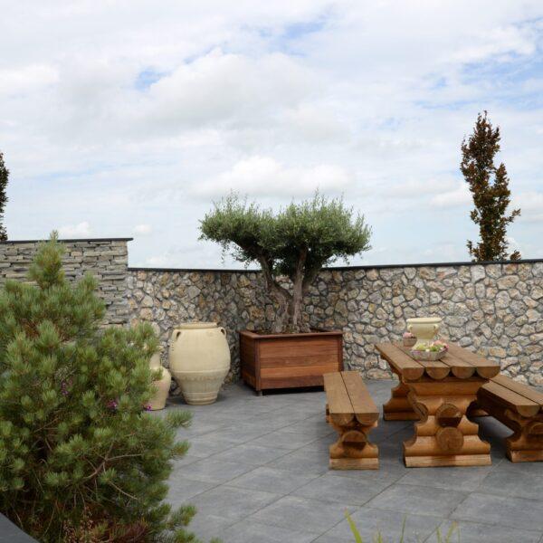 Kavala tuinmuren Natuurstenen - op de foto links.