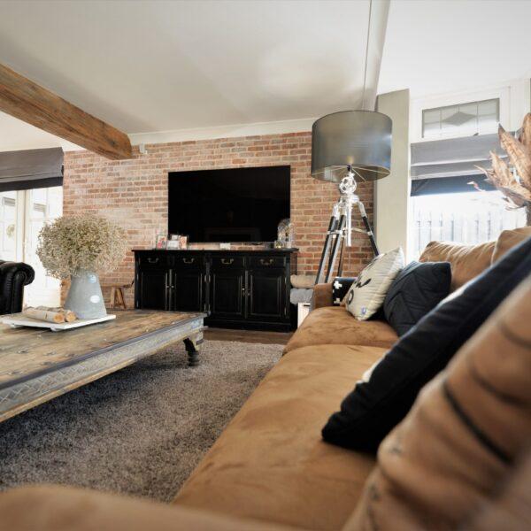 Landelijke woonkamer met baksteenstrips.