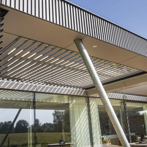 Moderne bouw woning met glas en Steenstrips.