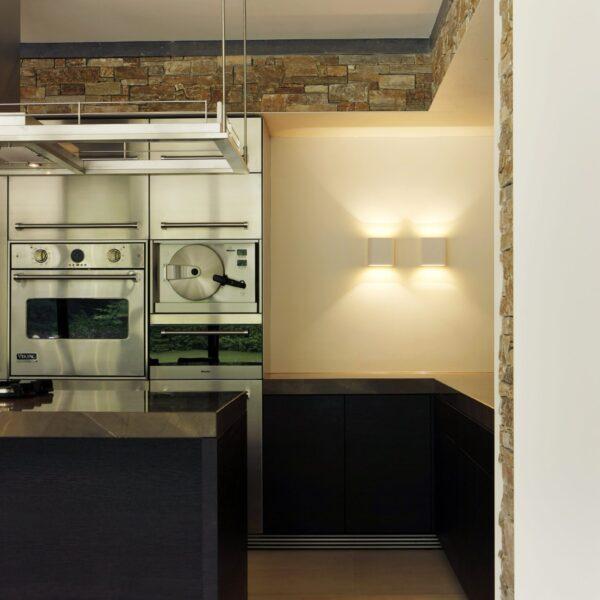 Moderne keuken en Natuurstenen wand.