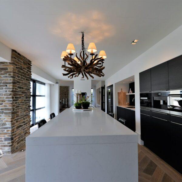 Moderne keuken natuurstenen wanden.