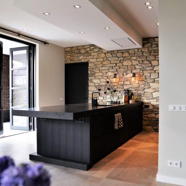 Sfeervolle keukenwand bekleed met Steenstrips
