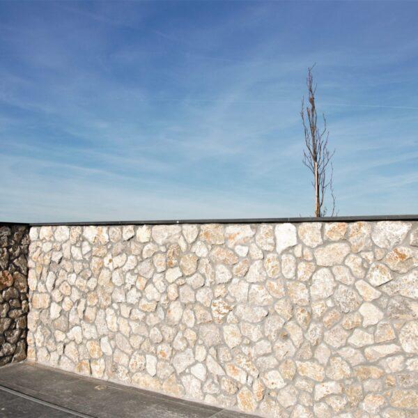 Muren bekleedt met Steenstrips.