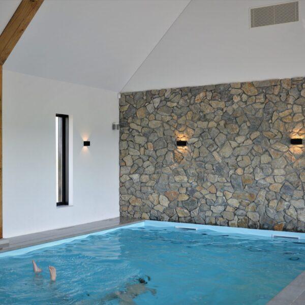 Natuurlijke muren zwembad.