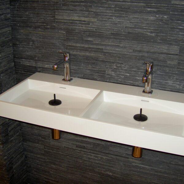 Grijze lei Negro natuursteenstrips. Steenstrips verwerkt in badkamer. Stijlvol aspect.