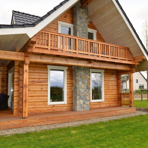 Natuursteenstrips op de haard van houten huis.