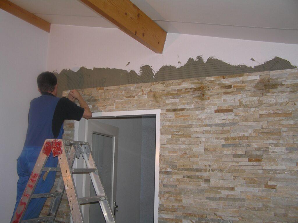 Natuursteenstrips verlijmen op de muur.