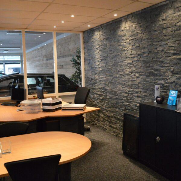 Zwarte natuursteenstrips op kantoor.