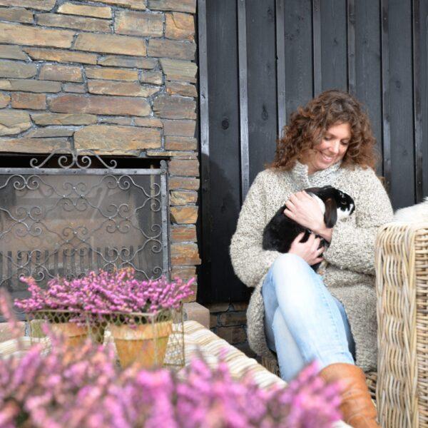 Natuurstenen haard in bijgebouw. Nicole van het bedrijf Kakel en Bont in Hardinxveld-Giessendam.