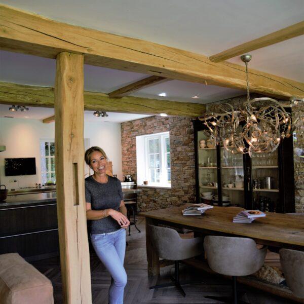 Arienne in haar mooie woonkeuken.
