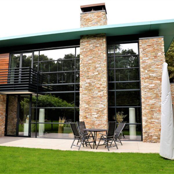 Natuurstenen muren moderne woning.
